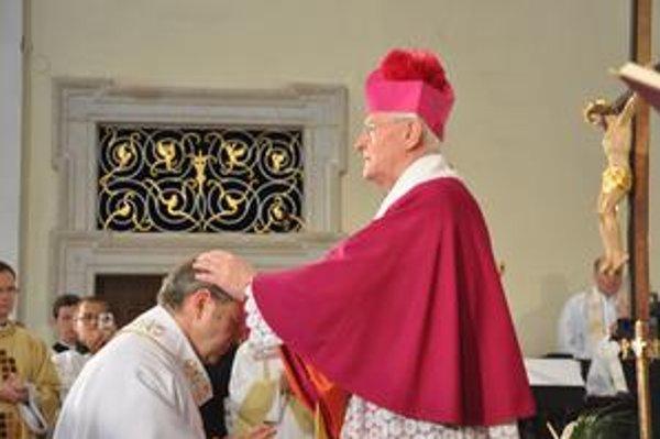 Trnavského arcibiskupa Mons. Jána Bezáka (vľavo) posvätil  jeho predchodca Ján Sokol v Trnave 6. júna 2009.