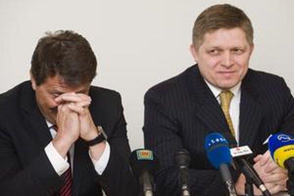 Lídri Smeru Robert Fico (vpravo) a Pavol Paška (vľavo) boli pri ohlásení kandidátky uvoľnení.