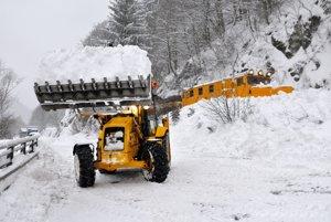 Lavíny, ktoré spadli medzi Kraľovanmi a Párnicou pred mesiacom, zablokovali železničnú aj cestnú dopravu.