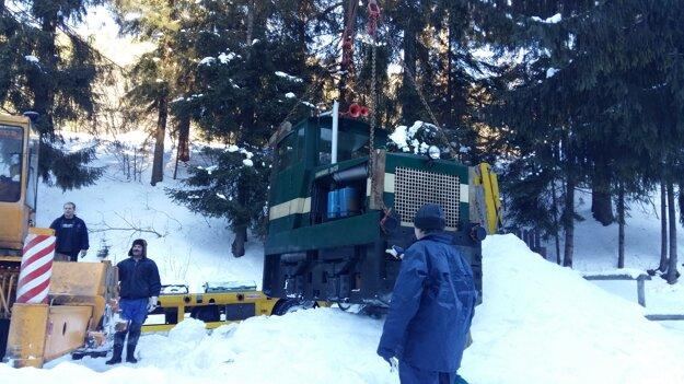 Za náročných snehových podmienok sa v uplynulých dňoch podarilo zamestnancom Kysuckého múzea pripraviť odvoz dieselhydraulickej  lokomotívy DH 120 na opravu do vrútockého depa.