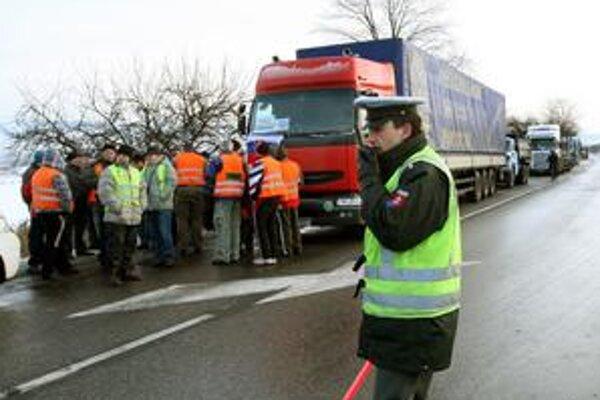 Policajtom veľmi záleží na tom, aby kamionisti rýchlo zaplatili pokuty. Chodia ich vyberať rovno k nim domov.