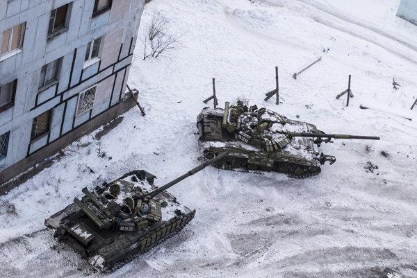 Ukrajinské tanky v meste Avdijivka.