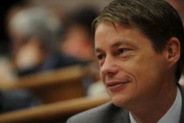 Ľuboš Micheľ poslúcha zmluvu, ktorú má s ukrajinským futbalovým klubom Šachťor Doneck, ale slovenské zákony ignoruje.