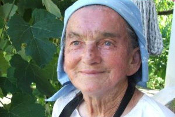 Narodila sa v roku 1931 v Príbelciach (dedina neďaleko Veľkého Krtíša), v ktorých strávila celý život. Pochádza z chudobnej rodiny, má troch súrodencov. Vychodila len šesť tried základnej školy, potom musela pracovať. Od detstva tvrdo drela na poli, pásla