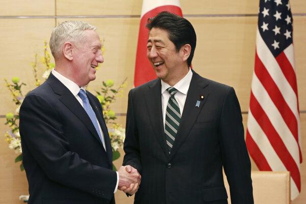 Americký minister obrany Jim Mattis a japonský premiér Šinzo Abe.