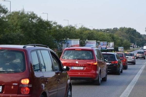 Stará senecká počas rannej dopravnej špičky