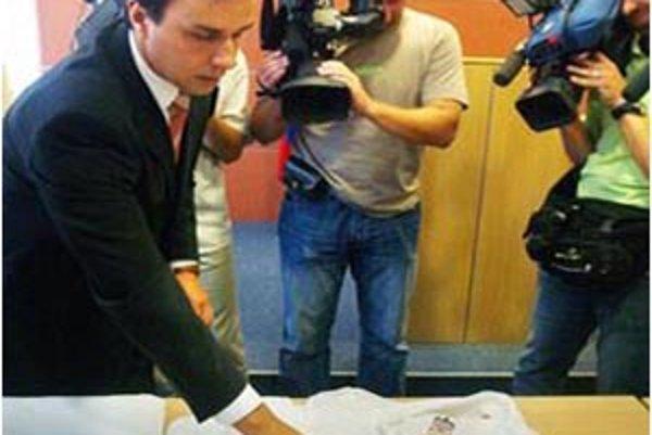 Kaliňákov hovorca novinárom tri týždne po údajnom napadnutí ukazoval, ako si mala popísať vlastnú blúzku.
