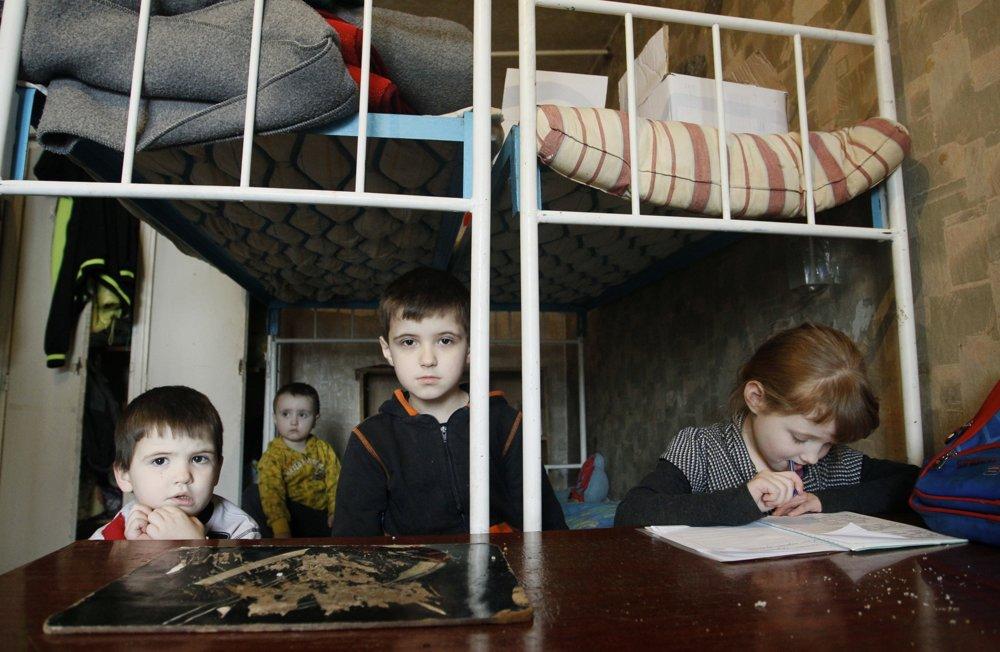 Deti rodiny Ševčenkových sa hrajú v hosteli po tom, čo museli pre boje opustiť okraj Donecku.