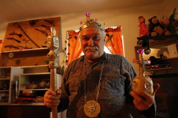 Štefan Heinerich využije všetko, čo nájde. Zo starého lustra vyrobil diadémy korunovačných klenotov.