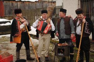 Hlasivky folklórnej skupiny Šajbania zneli mohutne celou obcou.