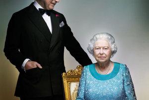 Buckinghamský palác zverejnil oficiálnu portrétnu fotografiu britskej kráľovnej Alžbety II. a jej syna princa Charlesa (na snímke) pri príležitosti ukončenia roka, v ktorom panovníčka oslávila svoje 90. narodeniny v Londýne 18. decembra 2016. Predtým nikde nezverejnená snímka zachytáva kráľovnú s princom z Walesu v jednom zo salónov na Windsorskom hrade. Záber vytvoril módny fotograf Nick Knight pred posledným večerom osláv počas kráľovskej jazdeckej šou v máji.