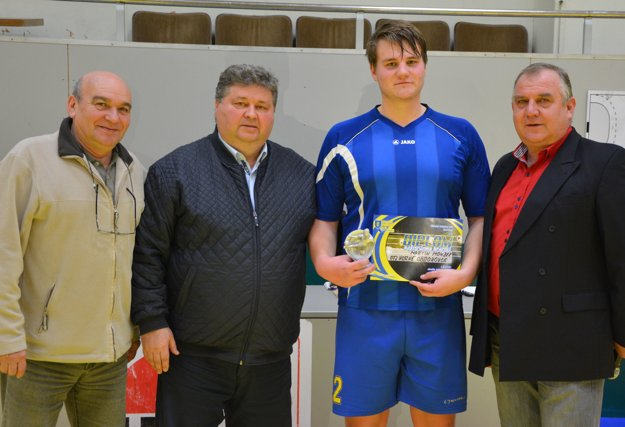 Zľava: Milan Krajčík, Juraj Soboňa, najlepší hráč turnaja Martin Mondek (OTJ Horné Obdokovce) a Pavol Šípoš.
