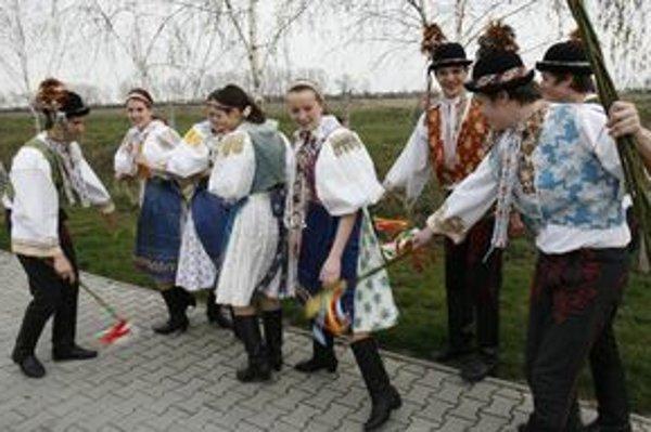 Na dedine ľudia dodržiavajú tradície.
