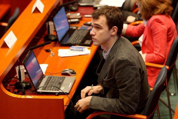 S návrhom na vyhlásenie roka transparentnosti vystúpil na mestskom zastupiteľstve poslanec Matej Bučko.