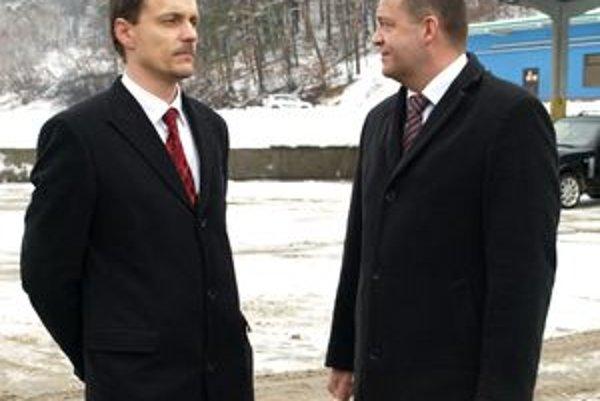 Minister obrany odvolal riaditeľa Vojenského opravárenského podniku Petra Trgiňu (vľavo).