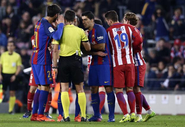 Luis Suárez (v strede) nedohral zápas po červenej karte.