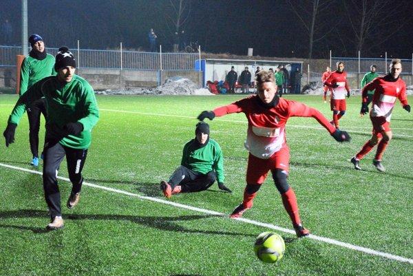Matúš Paukner (s loptou) strelil včera jeden gól do novozámockej siete.