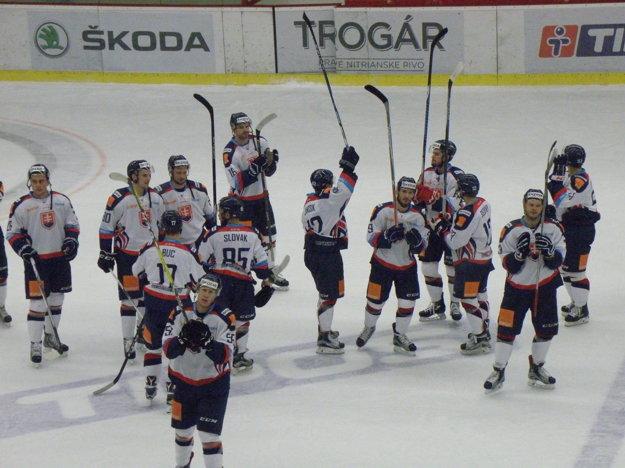 Slovenskí reprezentanti sa po zápase poďakovali novozámockému publiku za povzbudzovanie