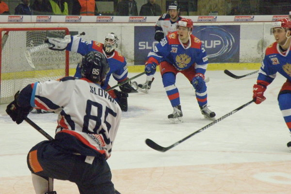 Veľkú šancu na vyrovnanie mal v druhej tretine debutant v reprezentačnom drese Marek Slovák (85), odkrytú bránu však netrafil.