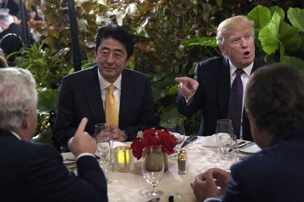 Vľavo japonský premiér Šinzó Abe a americký prezident Donald Trump.