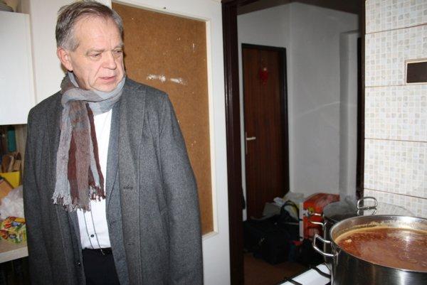 Riaditeľ Charity - domu sv. Vincenta Milan Petráš kontroluje prípravy obedného menu.