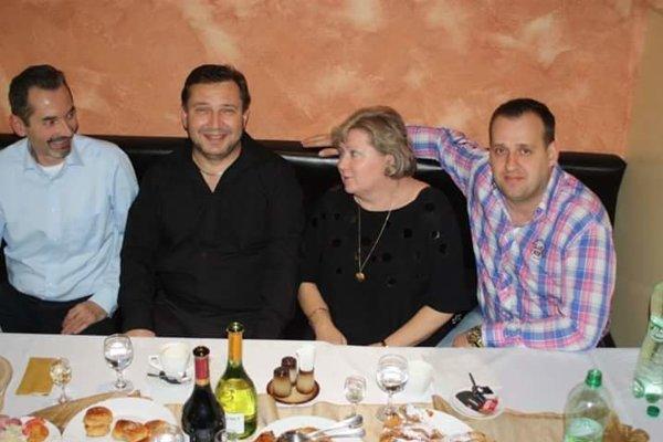Niekdajší dobrí kolegovia. Róbert Ujpál, Martin Paška a poslanec Miloš Ihnát sa v dobrej nálade bavili na podnikových akciách. Teraz proti sebe stoja na súde.