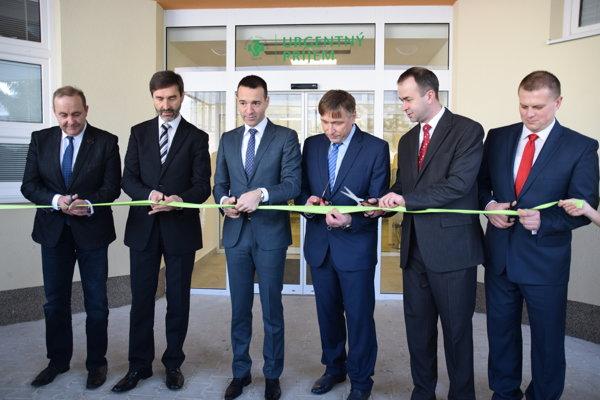 Minister zdravotníctva Tomáš Drucker (tretí zľava) slávnostne prestrihol pásku urgentného príjmu v Čadci.