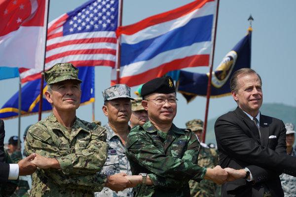 Admirál Harry B. Harris, thajský generál Surapong Suwana-Ad a americký veľvyslanec Glyn T. Davies na otvorení spoločného cvičenia.