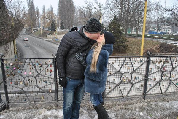 Andrej a Irina pricestovali z Ukrajiny, aby si valentínsky bozk dali v Košiciach.