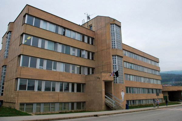 Okresný úrad v Rožňave. Bývalým zamestnancom sa zachcelo úplatkov.