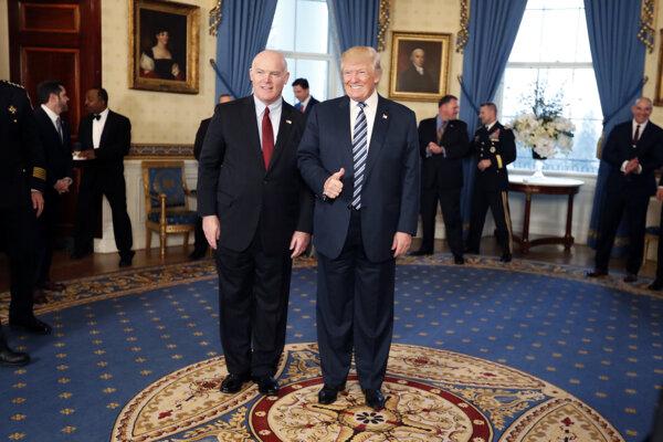 Riaditeľ Tajnej služby Spojených štátov Joseph Clancy s americkým prezidentom Donaldom Trumpom.