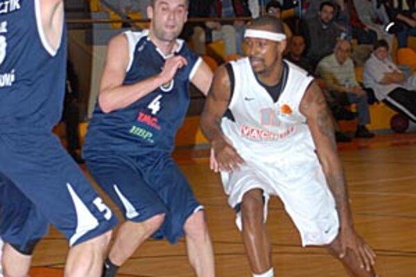 Josip Glavinič (v strede) po prvýkrát v sezóne prenechal titul najužitočnejší hráč mesiaca basketbalovej extraligy niekomu inému.