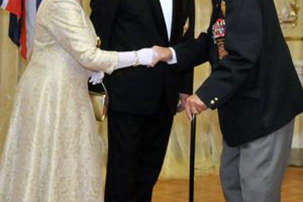 Hold generálovi Antonovi Petrákovi pri návšteve Slovenska vzdala aj britská kráľovná Alžbeta II.
