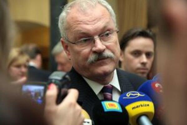 Marek Trubač (v pozadí), hovorca prezidenta a kandidáta Ivana Gašparoviča, sa ospravedlniť redaktorke TV JOJ nechce.