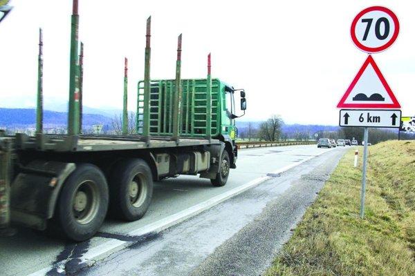Cestu medzi Príbovcami a Turčianskymi Teplicami by mali začať konečne opravovať.