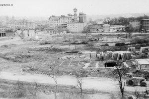 Starý mlyn a začiatok výstavby panelového sídliska v jeho okolí - Okružná ulica a Ul. M. R. Štefánika.