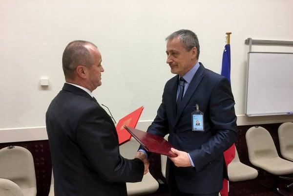 Minister obrany SR Peter Gajdoš a minister obrany ČR Martin Stropnický počas podpisu zmluvy medzi Slovenskou a Českou republikou o spolupráci pri vzájomnej ochrane vzdušného priestoru.