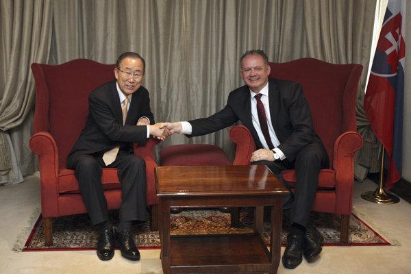 Kiska (vpravo) sa neformálne stretol s bývalým generálnym tajomníkom OSN Pan Ki-munom.