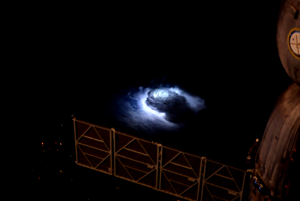 Prchavý elektrický výboj v hornej vrstve atmosféry pozorovali piloti lietadiel už dlhé roky. Astronaut Andreas Mogensen z ESA dostal za úlohu prvýkrát ich zachytiť. Do šírky majú aj niekoľko kilometrov a pulzujúci modrý lúč môže mať až 40 kilometrov.