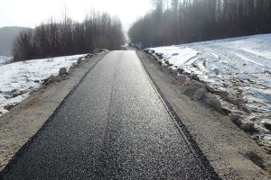 Nový povrch. Lesná cesta dostala asfalt.
