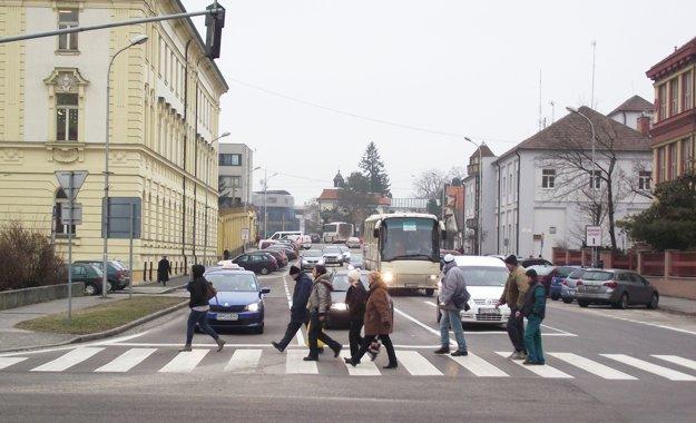 Pohľad do Cintorínskej ulice, vľavo súd, za ktorým je väznica. Vpravo je stredná škola a za ňou budova mestskej polície.