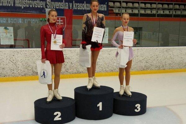 Bianca Srbecká (v strede) sa teší zo zlatej medaily.