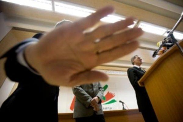 Strany SDKÚ a KDH vo štvrtok na tlačovej konferencii odhaľovali pravú tvár SMK. Strana sa rozhodla podporiť Lisabonskú zmluvu. Vďaka hlasom jej poslancov nakoniec prešla.
