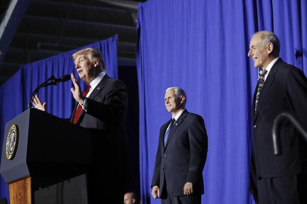 Americký prezident Donald Trump, viceprezident Mike Pence (v strede) a minister pre vnútornú bezpečnosť John F. Kelly.
