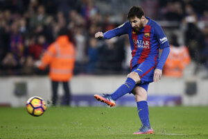 Lionel Messi premieňa pokutový kop.