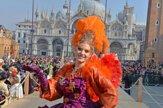 Benátky zaplavili ľudia v maskách. Ako anjel sa medzi nich spustila kráľovná krásy