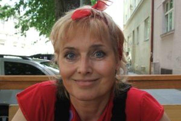 Narodila sa v roku 1958 v Bratislave. Chodila na strednú pedagogickú školu, vyštudovala Filozofickú fakultu v Bratislave (orientácia na predškolskú pedagogiku). Začiatkom osemdesiatych rokov prišla do televízie, kde pracovala v detskej redakcii, preslávil