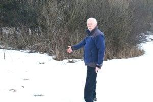 Viliam Ťaptík ukazuje, kde našiel uhynutú volavku.