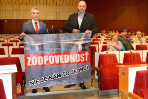 Výjazdové rokovanie im nevyšlo. Poslanec KSK Rastislav Trnka a aktivista Jaroslav Polaček chceli, aby sa rokovanie zastupiteľstva konalo v Gelnici. Neuspeli. Polačekovi dokonca v pondelok ani neumožnili prehovoriť na zasadnutí v Košiciach. Keď totiž Trnka požiadal, aby mu udelili slovo, poslanci na návrh Jána Jakubova ukončili rozpravu o moste cez Ružín.