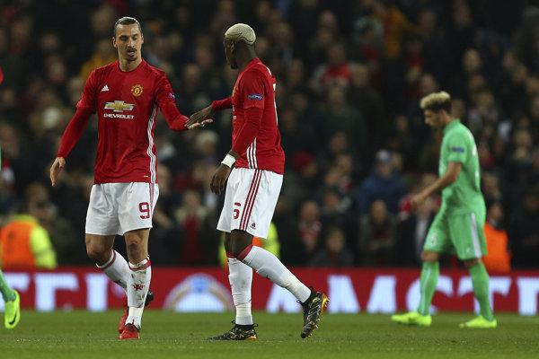 Na snímke hráči United, zlava Zlatan Ibrahimovič a Paul Pogba oslavujú gól v prvom zápase 16-finále Európskej ligy vo futbale Manchester United - AS St. Étienne vo štvrtok 16. februára 2017.